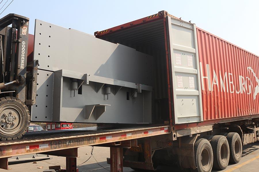 Завершена загрузка контейнера для шлифовальной машины для фанеры и машины для горячего прессования фанеры.